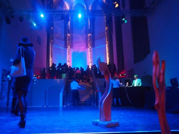 """And the party goes on: Im stilvollen Ambiente der ehemaligen Kirche feiern wir direkt am """"Altar"""" mit Musik, Wein & guter Unterhaltung!"""