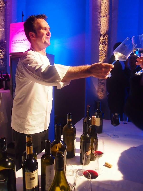 Wir erinnern uns: Spät nachts schenken beim Feiern auch gerne mal die Köche selbst einen ein ... Es muss ein Wein sein. Und zwar einer der Besten!