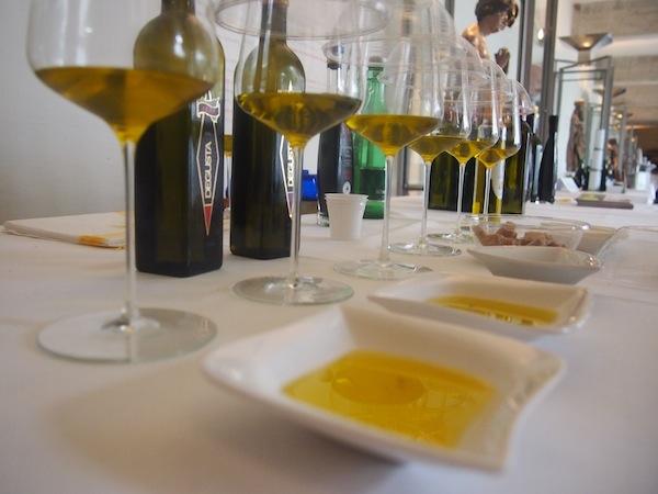 Bei der TOP-Olivenöl- & Balsamico-Verkostung aus Italien schlagen wir ebenfalls zu: Olivenöl ist nicht gleich Olivenöl, das gleiche gilt für den Wein: Wir lernen den Unterschied und wissen das Edle zu schätzen.