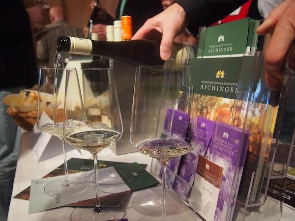 Es mundet ... überall wird exzellenter Wein ausgeschenkt, das Glas nach drei Stunden Verkostungsmarathon stets gut gefüllt ... einfach herrlich :-)