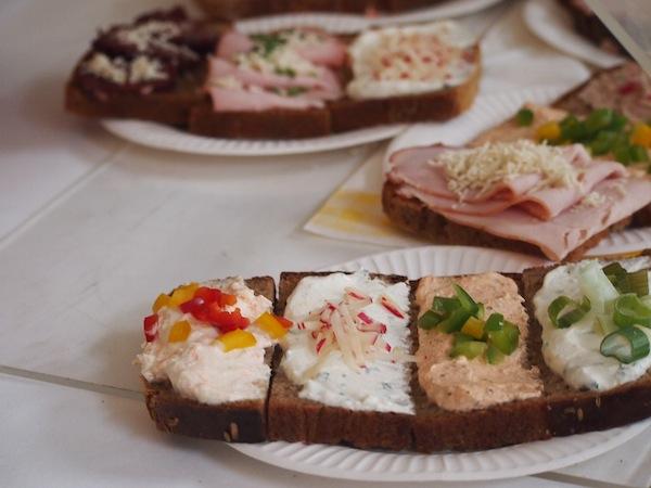 Wer dazwischen eine herzhafte Jause sucht / braucht, auch dem sei geholfen ... typische belegte Brote mit allerlei Köstlichkeiten *schmatz*!