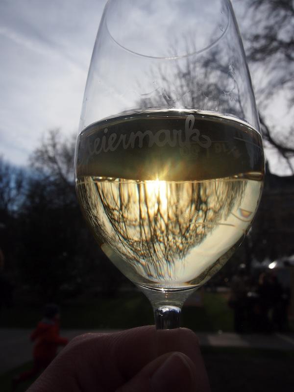 """""""Ein Wein muss es sein"""": Köstlicher Rebsaft aus dem Süden Österreichs, gekonnt in Szene gesetzt am Wiener Rathausplatz."""