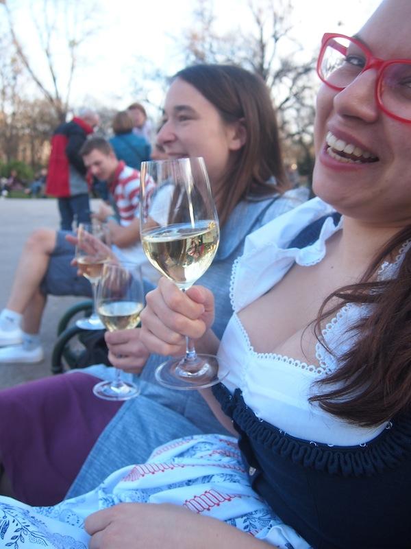... meine Freundin Martina, eine waschechte Steirerin durch & durch, und ich tauschen am Abend lauschige Plätzchen gegen vorzüglichen steirischen Traminer beim Steirerfest in Wien!