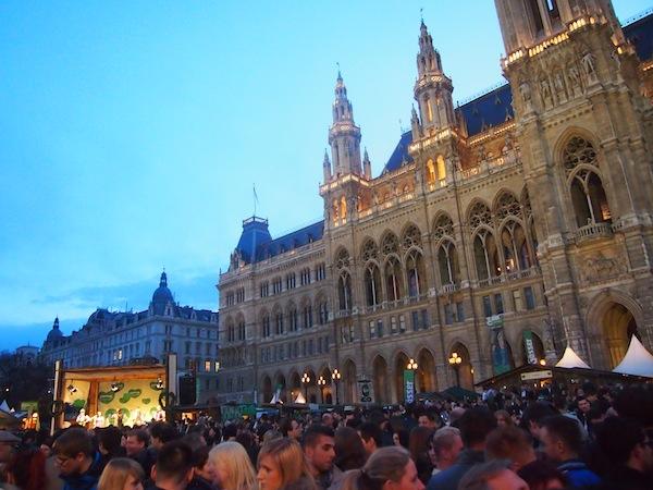 """Tausende Besucher feierten zusammen mit uns vor der prächtigen Kulisse des Wiener Rathauses. Als es dunkel wurde und die Musik, nun ja, """"eher massentauglich"""" bzw. dem Alkoholkonsum angemessen wurde, haben wir uns dezent verabschiedet und sagen: Bis zum nächsten Mal Steiermark in Wien!"""