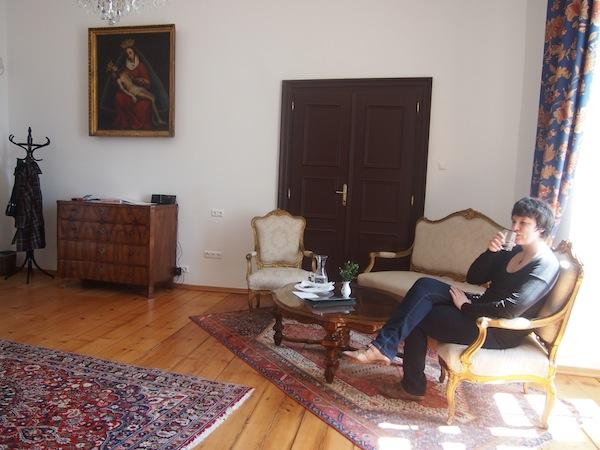 Angekommen im Schlosshotel Mailberg: Beim Betreten unserer Suite fällt uns die Kinnlade herunter. WOW! In diesen Räumen ist man versucht, sich einfach nur aufzuhalten und die einzigartige Atmosphäre zu genießen.