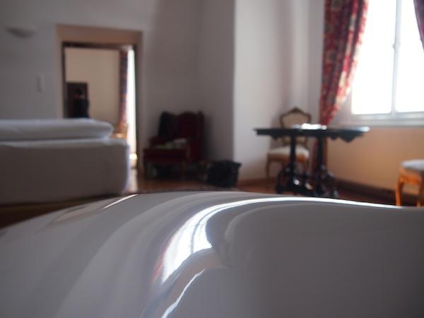 Von der (freistehenden) Badewanne aus erschließt sich der Blick in die Schloss-Suite ...