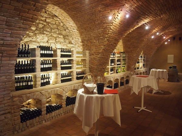 """Das Schlosshotel Mailberg bietet neben Räumlichkeiten wie dem Kaminzimmer, Wappensaal oder weitläufigen Innenhof samt Schlosskirche auch eine gut geführte """"Schlossvinothek"""", in der wir uns zur Verkostung der Weine des """"Mailberg Valley"""" einfinden."""
