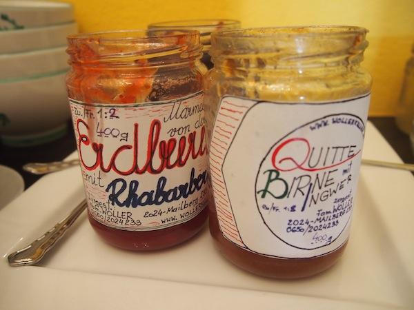 """Auch beim Frühstück am nächsten Tag werden wir ganz im Sinne der """"regionalen Genießer"""" mit hausgemachten Marmelade-Kreationen aus dem Weinviertel verwöhnt. Die Liebe zum Detail findet meinen Blick!"""