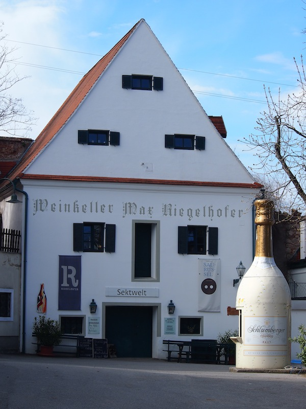 Vor der größten Sektkellerei des Ortes hat die Familie Riegelhofer gar eine überdimensionale Sektflasche platziert, die gleichzeitig als Bar fungiert. Cool!