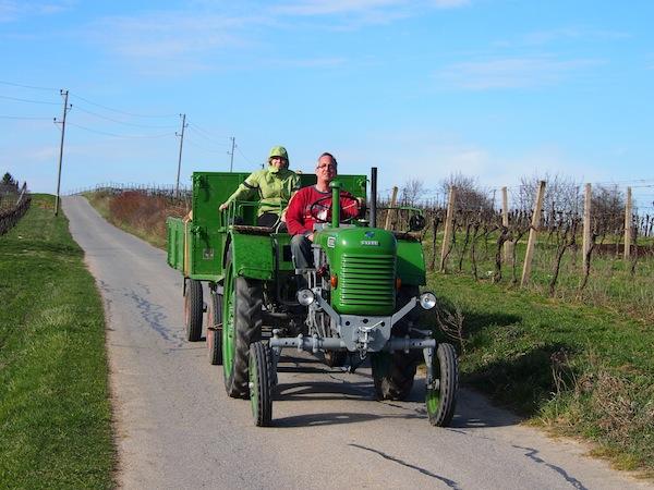 Traditionell romantisch: Eine Fahrt mit dem (Oldimter)Traktor kann man erleben, buchen - oder einfach per Foto festhalten.