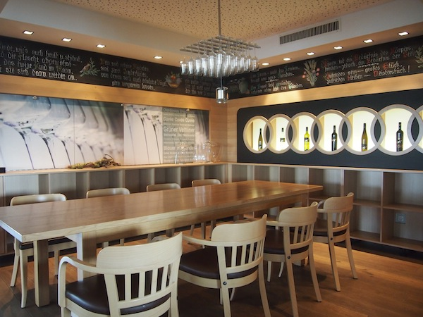 Gemütlich eingerichtete Verkostungsecke mit modernen Details neben der Weinbar des Weingut Hagn.