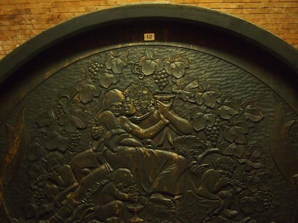 """Der Weingott Bacchus muss natürlich auch mit von der Partie sein ... Hier bei seiner wohl """"ur-typischsten"""" Haltung am Weinfass abgebildet."""