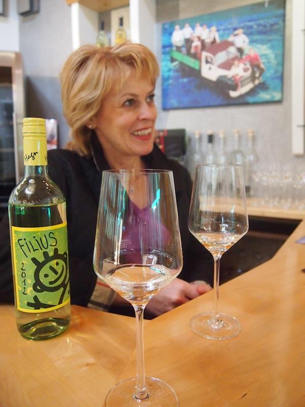"""Unsere charmant-umwerfende Weinbegleitung für den Tag: Roswitha Hagn ist mit Rat & Tat zur Stelle, wenn es um """"storytelling"""" zum Weinviertel, zu Mailberg, zum Grünen Veltliner DAC oder einfach nur zur Familiengeschichte des Weingut Hagn geht. """"Durchs Reden kommen die Leut' zam"""" - diese uralte österreichische Weisheit gilt auch in diesem Falle. Wir sagen DANKE für den wunderbaren Besuch!"""