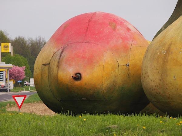 """Im Mostviertel """"liegt das Geld auf der Straße"""": Goldene Früchte grüßen bei der Einfahrt ins Land ab der Autobahnabfahrt Amstetten-West zwischen Linz & St. Pölten. Ein stimmiger Einstieg ins Land der Obstbäume!"""