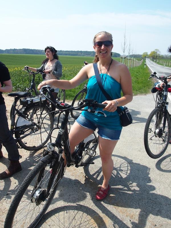 Wir und unsere Räder: Mit Ebikes entlang der deutschen Ostseeküste radeln ist schon ein wirklich großartiges Vergnügen. Wind, Wetter & Landschaft lassen sich dabei hervorragend genießen.