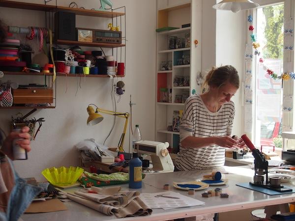 """""""Einagschaut"""": Die Nähmarie bietet ein wunderbares Ambiente, um selbst Stoff- und Textilkunst zu gestalten oder einfach nur nach den """"schönen Dingen des Lebens"""" Ausschau zu halten!"""