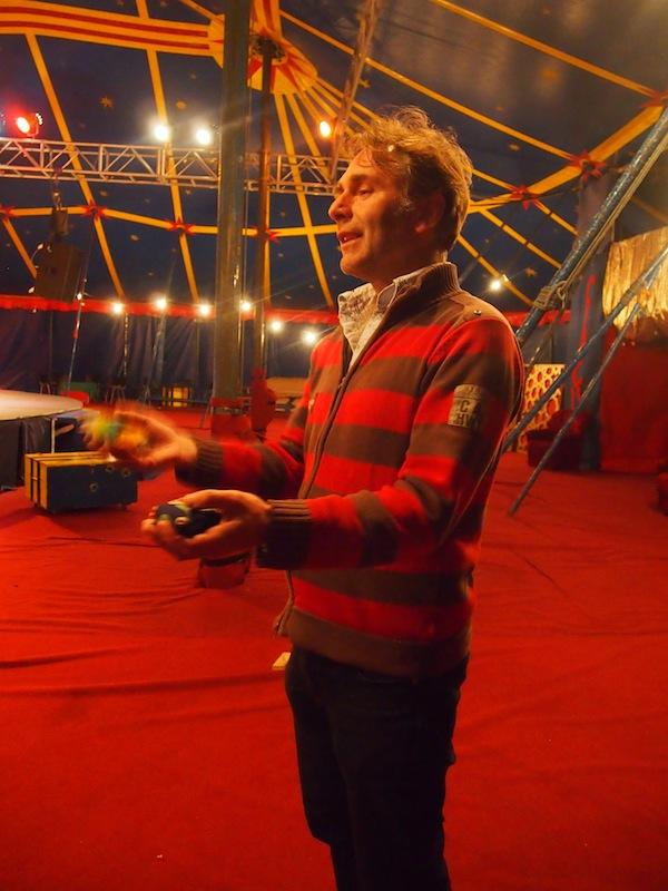 Zirkus-Entrepreneur Thomas begrüßt uns mit Weltoffenheit und Erfahrungsreichtum, welcher von Jonglieren bis Zirkusorganisationen weltweit reicht. Beeindruckend!