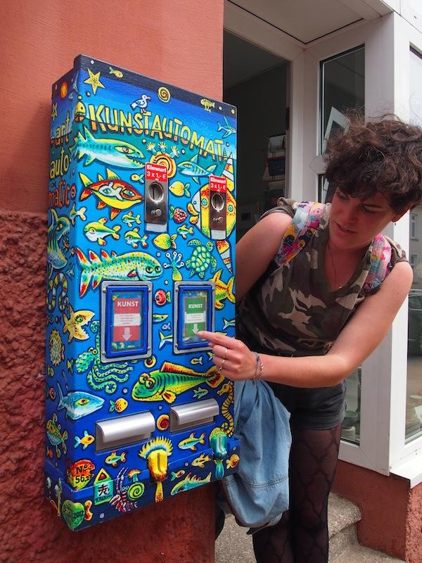 """Kondomautomat? Weit gefehlt! Hier holt sich Teresa ein """"Päckchen Kunst"""" vom Kunstautomat – ein witziges Detail unseres Besuches in Rostock."""