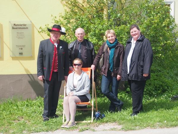 """""""Familienfoto"""": Am Ende unseres Besuches posieren wir wie eine """"erweiterte Familie"""" vor dem Distelbergerhof. Herrlich, die unkomplizierte Atmosphäre hier im Mostviertel!"""