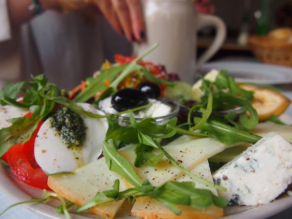 Genüssliches Frühstück im Cafe Engels in Berlin, Stadtteil Neukölln. Zum Anbeißen!
