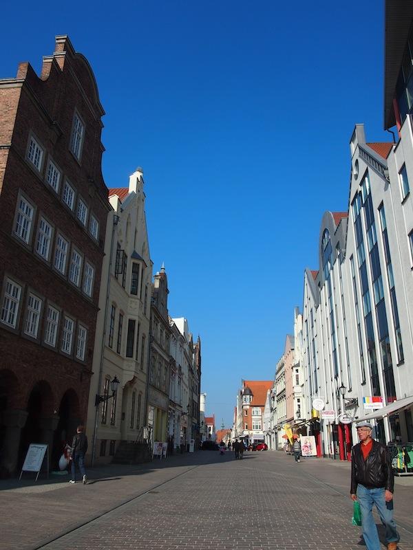Nach dem amüsanten Künstlertreffen mit Patrieck Schmidt lernen wir die Hansestadt & das Weltkulturerbe Wismar kennen. Eine entzückende Kleinstadt mit einer wunderschönen Altstadtpromenade direkt an der Ostseeküste gelegen!