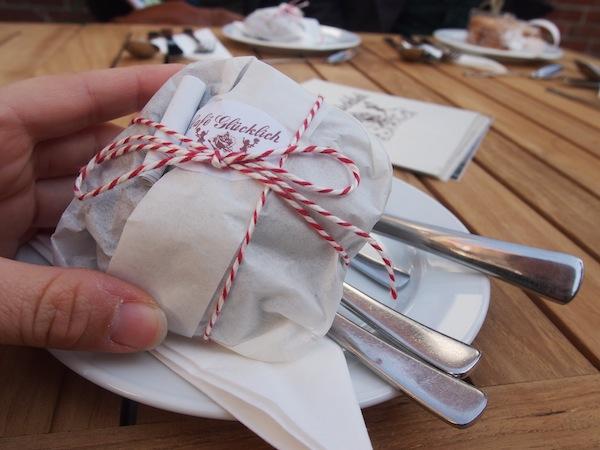 """RICHTIG glücklich macht das Café Glücklich in der Hansestadt Wismar, ein Besuch mitten im Zentrum lohnt zumal die Besitzerin (""""Frau Glücklich"""") ihre Gäste mit Keksgeschenken wie diesen überrascht. We LIKE :)"""
