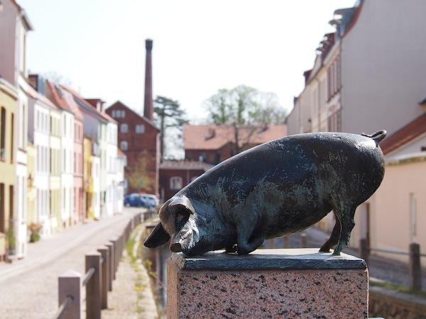 Schwein gehabt: Amüsanter Rundgang durch die Altstadt von Wismar, das durch seine architektonisch besonders schön gestalteten Hausfassaden besticht.