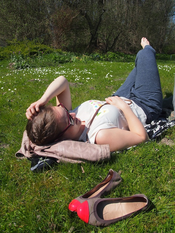 Nach so viel Aufregung ist Chillen angesagt: Emilie relaxt im Künstlergarten an der Ostsee.