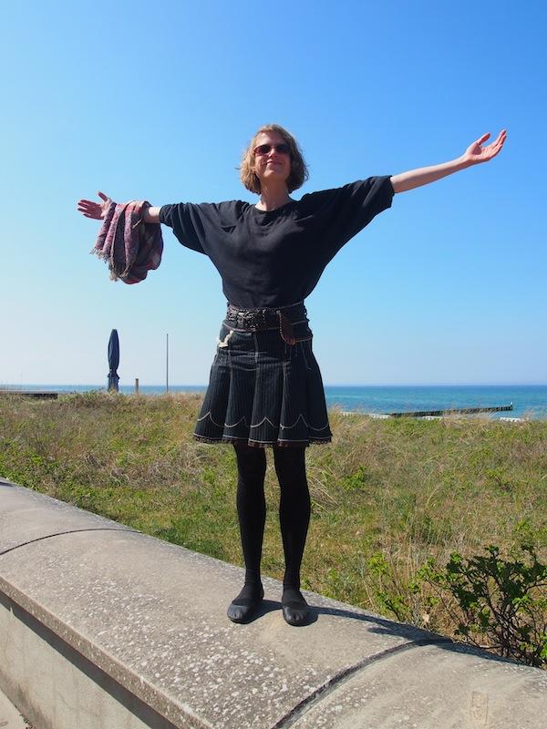 Initiatorin & Projektleiterin der Kreativsaison Mecklenburg, die fröhliche Katharina Trabert an der Strandpromenade von Kühlungsborn!
