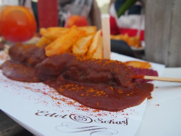 """Nach so viel Anstrengung ist erst mal eine echte Currywurst fällig, und zwar am besten bei """"Edel & Scharf"""" in Kühlungsborn, wo dieses typische Gericht auf """"edle"""" Weise zubereitet wird. Köstlich !!!"""