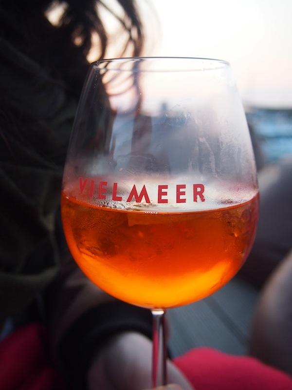 Abends genießt man in Kühlungsborn am besten einen köstlichen Aperol Spritz im Bar & Cafe Vielmeer.