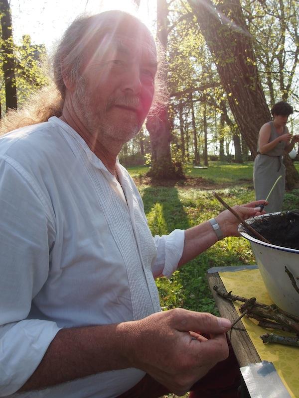 """Unweit von Kühlungsborn begeistert uns das Herrenhaus Büttelkow mitsamt seinen kreativen Talenten wie hier dem Hausherrn Andreas, der durch seine Weisheiten & künstlerische Fähigkeiten besticht. Nachts dreht er sogar die Disko am Lagerfeuer auf - Wahnsinn! """"Wie cool!"""" - mein oft getätigter Spruch diese Woche."""