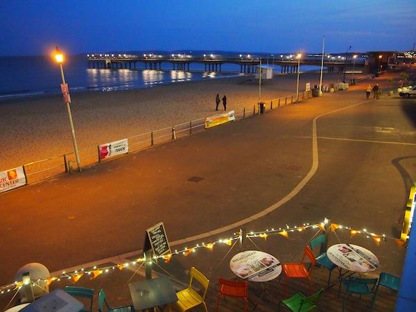 Etwas später begeistert ein Besuch des Strandrestaurants Urban Reef direkt am Meer von Bournemouth.