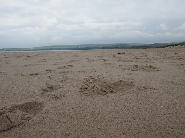 """Den Mann, den wir dann tatsächlich nackt gesehen haben, habe ich nun doch nicht fotografiert. Dafür die vielen Spuren im Sand: Dieses Wetter ist für Engländer bereits """"perfektes Strandwetter""""!"""