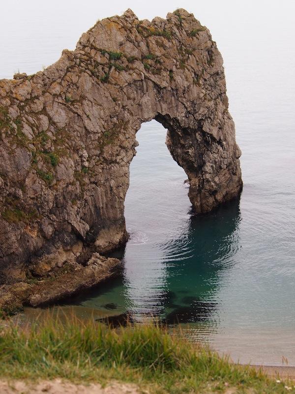 """""""Durdle Door"""", eine einzigartig markante Felsformation, ist die Hauptattraktion dieses Küstenabschnitts hier."""