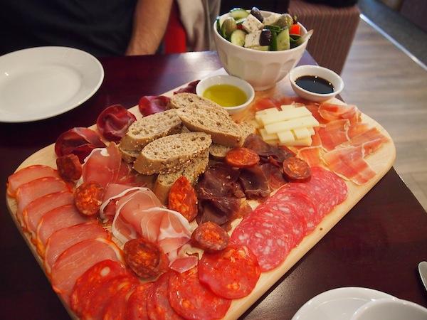 """Im spanischen Tapas-Lokal """"Cusina"""", welches erst vor sechs Wochen aufgemacht hat, genießen wir eine köstliche Platte mit iberischen Leckerbissen."""