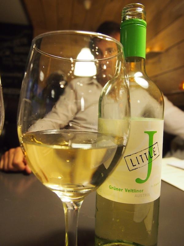"""""""Little J"""": Grüner Veltliner, Österreichs bekanntester Weißwein, wird uns im Urban Reef Restaurant von Bournemouth zum Essen serviert."""