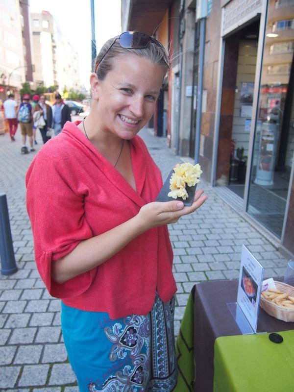 """Dieser Käse ist einfach zu gut: Mitten in der Fußgängerzone von Vigo treffen wir heute auf das Team der gut sortierten """"Käsothek"""" QUESUM, die aus den Mitteln und der Leidenschaft von vier Geschäftspartnern in Galizien entstanden ist."""