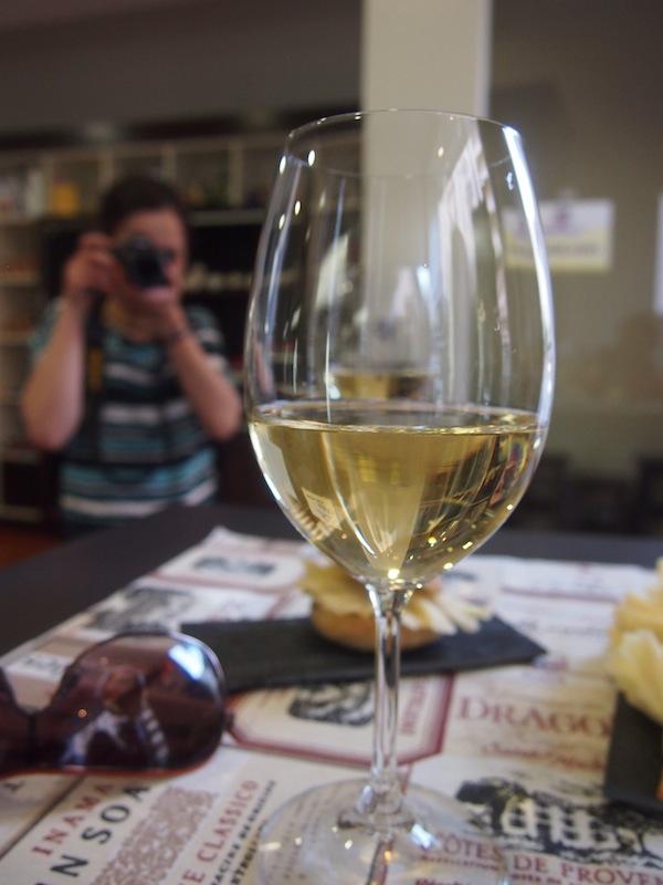 Passend dazu wird uns ein Weißwein-Cuvée gereicht.