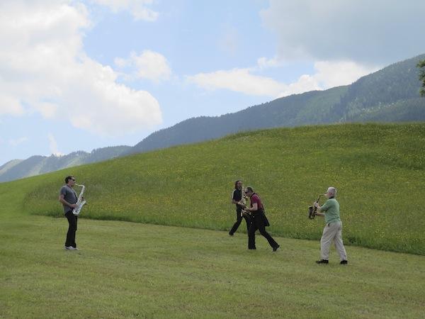 Hier fügen sich die Musiker direkt in das Landschaftsbild ein ... auch visuell ein einmaliges Erlebnis.