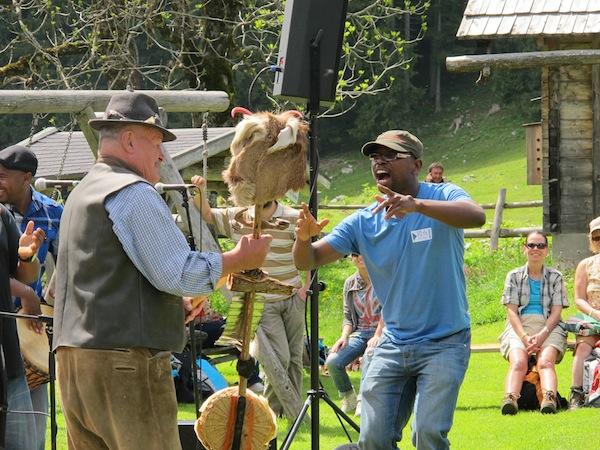 """Spaß mit der Band Insingizi aus Simbabwe hatten sowohl Einheimische als auch die über 200 Besucher der """"Gipfelklaenge"""" an diesem Wochenende im Juni!"""