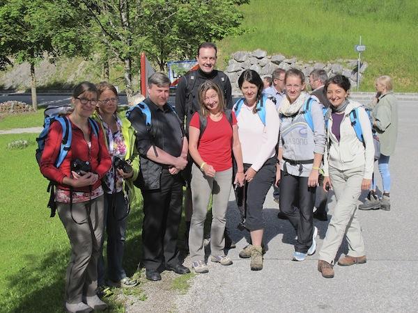 """Die Wandergruppe aus Reisebloggern & Journalisten frohen Mutes am ersten Tag der musikalischen Wanderungen zu den """"Gipfelklängen""""."""