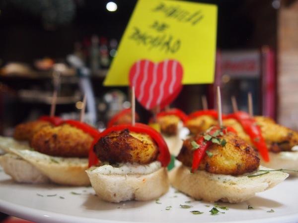 Zum Mittagessen statten wir dem köstlichen Tapas-Lokal Pintxeito in der Altstadt von Vigo einen Besuch ab.