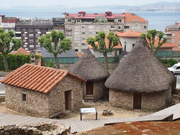 """Nicht nur Neues findet man hier, auch viele Spuren der ersten Siedler: """"Casas Celtas"""" im Stadtpark von Vigo."""