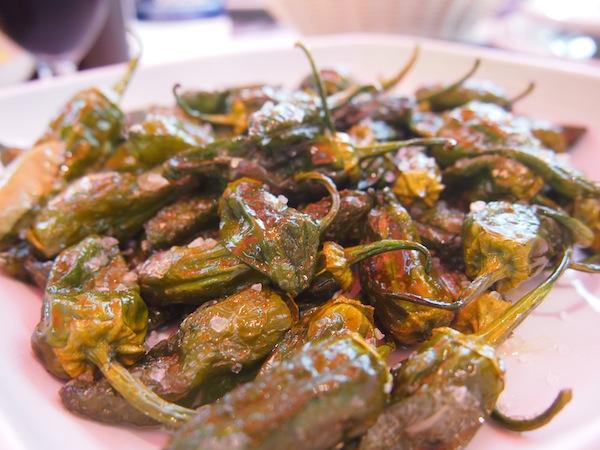 Bevor wir Santiago de Compostela erreichen, genießen wir erst mal frisch gebratene Paprika mit Gewürzen und Olivenöl unter der Sonne Galiziens ...
