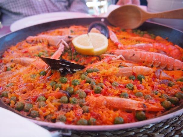 Darf es lieber etwas Klassisches sein? Köstliche Paella direkt am Strand ...