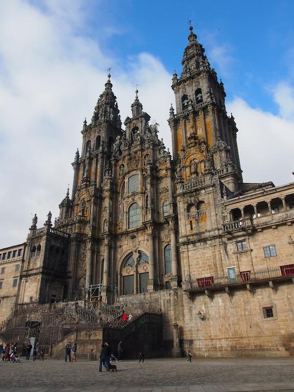 Angekommen in Santiago de Compostela, gönnen wir uns eine gute Stunde in & rund um die berühmten Kathedrale der weltbekannten Pilgerstadt ... bevor es zu mehr Shopping- & Gourmet-Tempeln geht ;-)