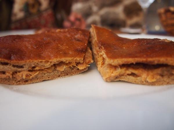 """Die hausgemachten """"Empanadas Gallegas"""" (galizisiche Empanadas mit dunklem Fladenbrot) sind aber auch zu gut ... hier mit leckerem Thunfisch gefüllt."""
