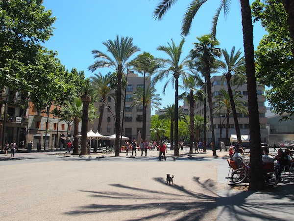Off we go: Our city walk starts in Raval in best weather conditions: Finally, summer is here!