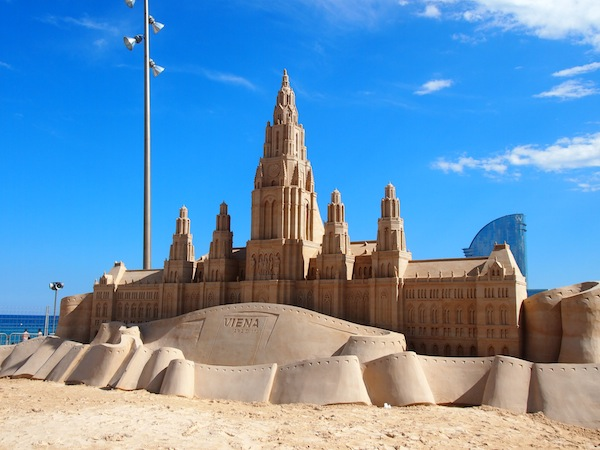 Out of the blue, we come across this beautiful sand castle, which has actually been dedicated to the city of Barcelona by Vienna promoting tourism to Austria. How cool !
